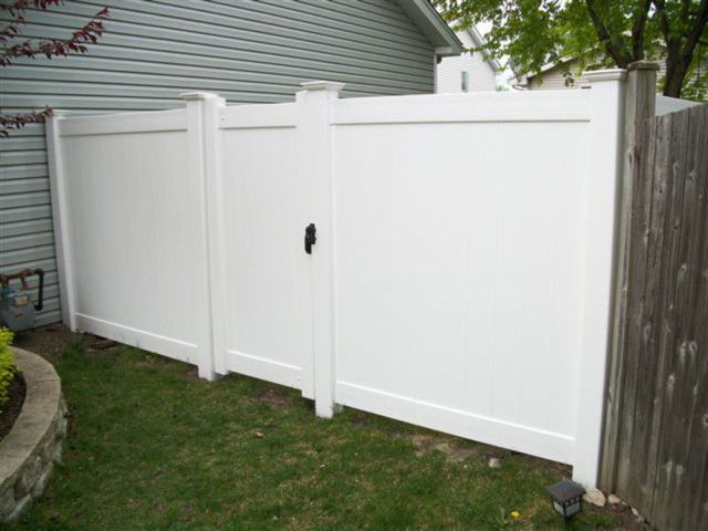 V-0717 - Vinyl Privacy Fence