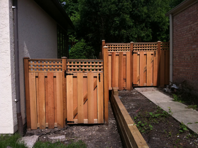 C-0747 - Cedar Fence Gate with Decorative Top