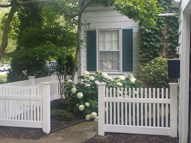 V-0732 - Short Vinyl Picket Fence