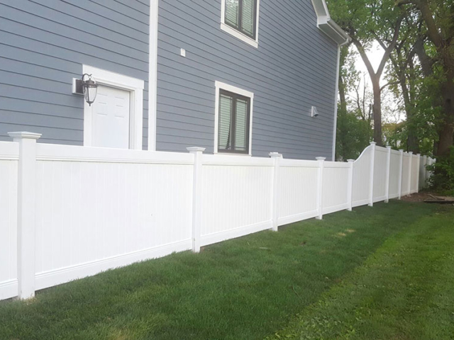 V-0737 - Vinyl Varied Height Fence