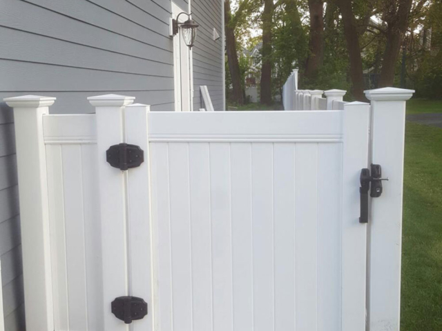 V-0738 - Vinyl Short Fence with Gate